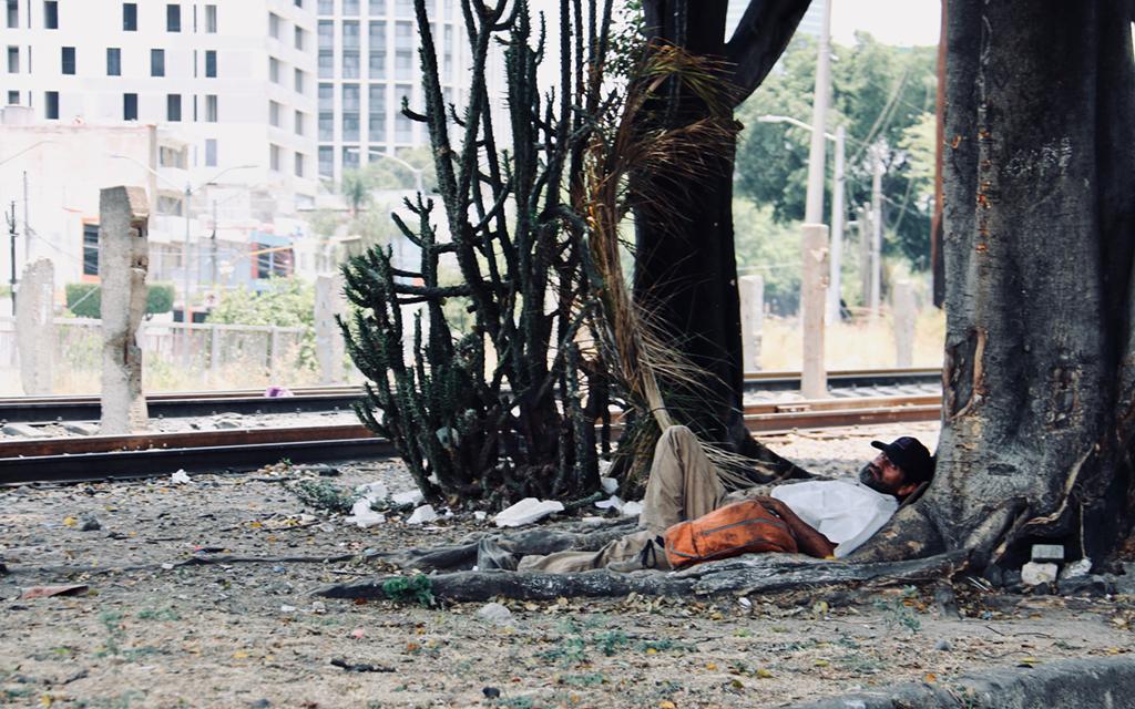 Gente en la calle y un tapatío itesiano en Barcelona
